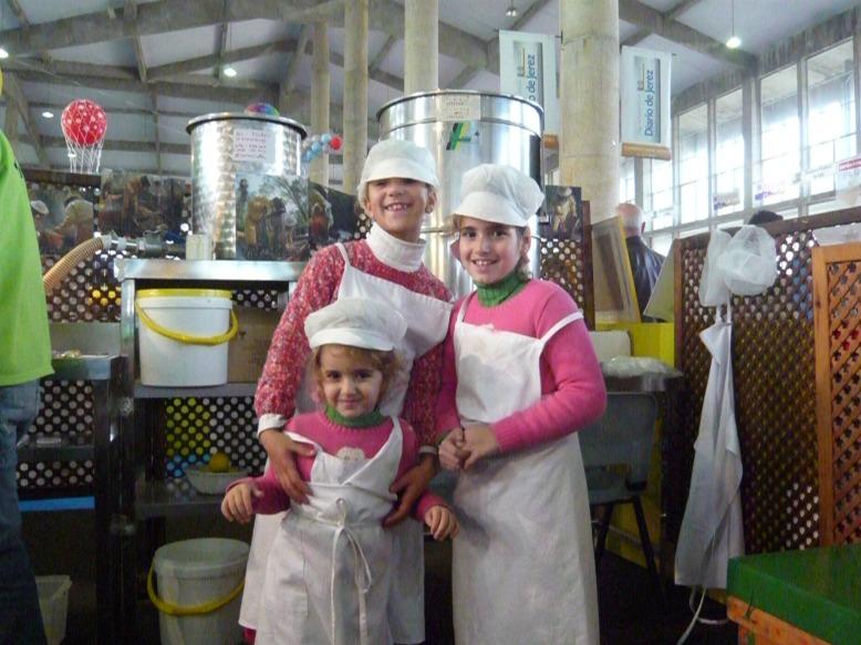Maria la más alta, Anita junto a ella, y en el centro Lucia, un dia antes de su cumple en un Taller de apicultura en Juvenalia